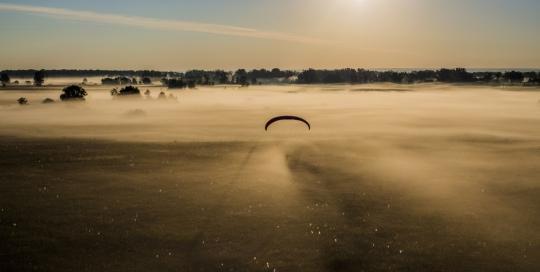 Утро, туман, параплан.